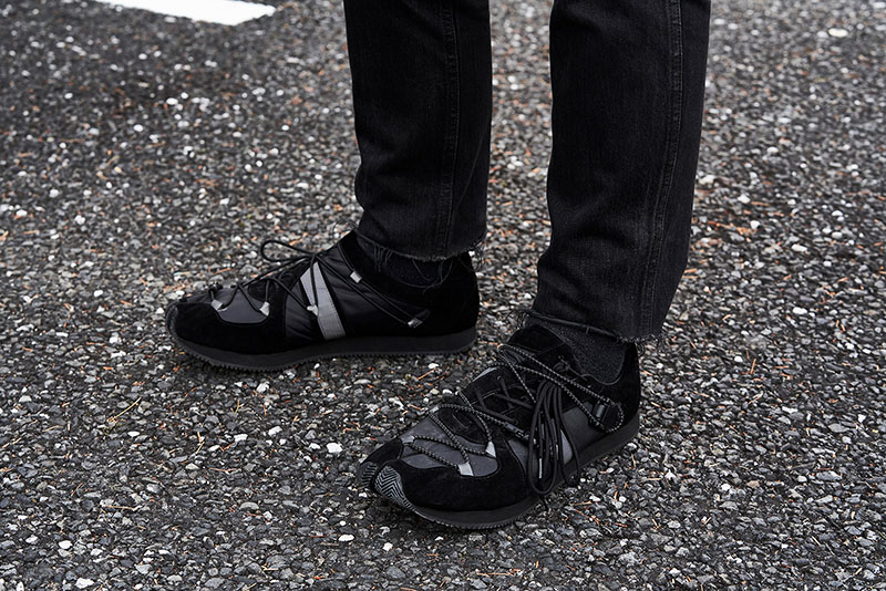 フィールドコート同様、廣瀬氏が愛用する足袋スニーカー。